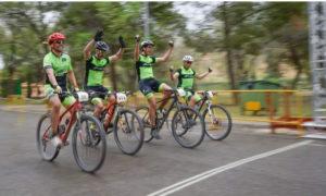 Cuatro amigos del Nosoloruedas Bike Team llegan juntos a meta