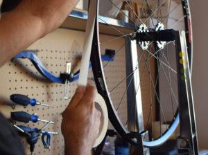 David, de Nosoloruedas, tubelizando unas ruedas.
