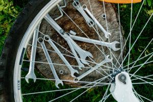 Nosoloruedas te recomienda qué herramientas llevar en tus salidas en bici.