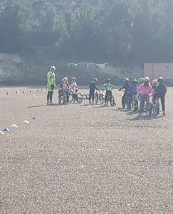 Chicos practicando con sus bicis en una escuela ciclista